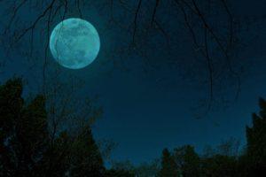 不気味な夜の月