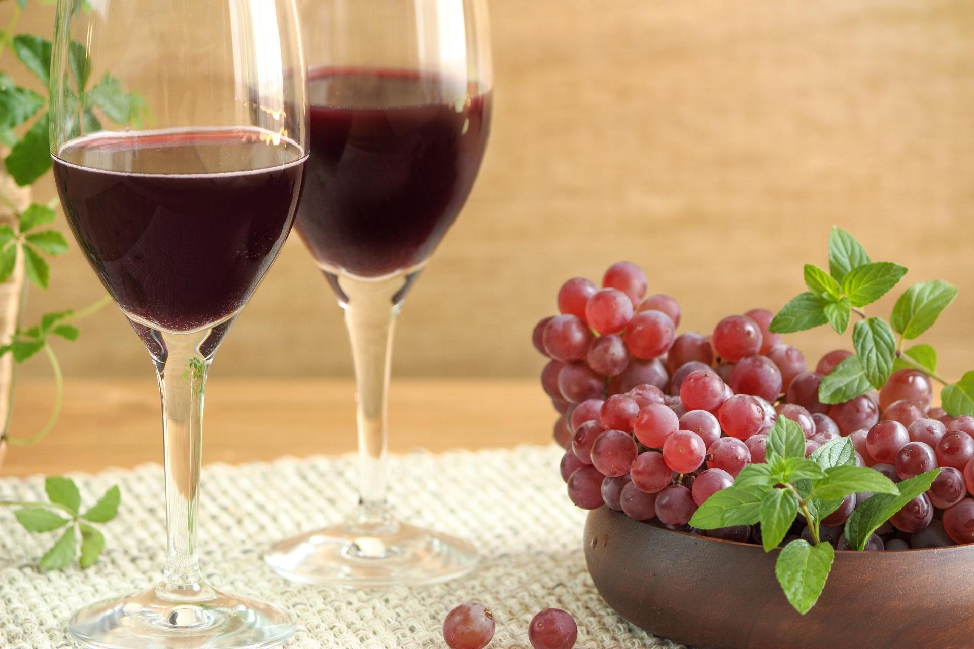 グラスワインとぶどう