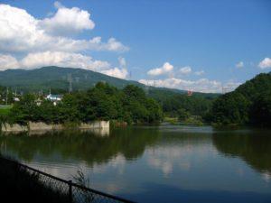 ヘラブナ釣りの聖地として有名な「みどり湖」