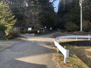写真奥が公園、ガードレールより右側が駐車場、左奥には蕎麦屋がある