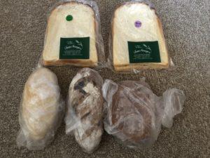 写真左上から時計回りにトースト2枚、クロワッサン、酵母パン、塩パン