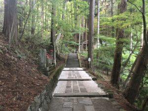 八角三重塔への道