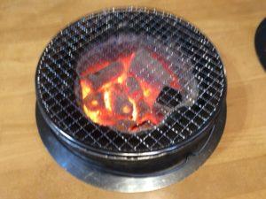 夜祭りホルモンは七輪で肉を焼くスタイル