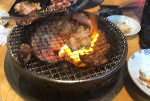 夜祭りホルモンの七輪で焼く肉