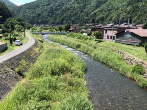 大橋下を流れる川