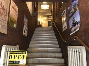 入口への階段