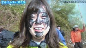 祭りで泥を塗られる戸田山貴美アナ