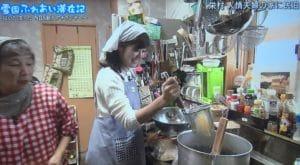 料理をする戸田山アナ
