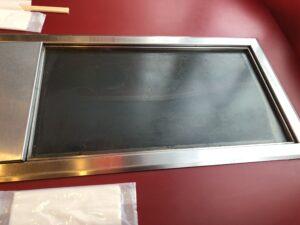 テーブル席には鉄板が用意されてる